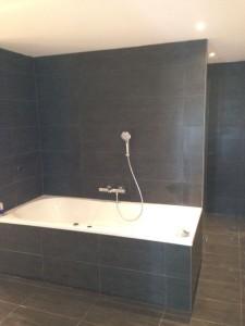 Badkamer volledig gebouwd, betegeld en afgemonteerd met vloerverwarming