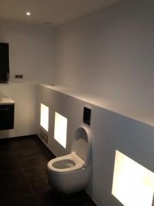 Badkamer volledig gebouwd, betegeld, wanden en plafond gestuct met spotjes en gestucte nisjes
