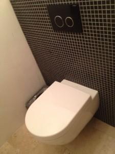Toilet en wand plaatsen